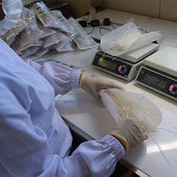 伝統の製法を守り、さらに最後の袋詰め作業まで手作業